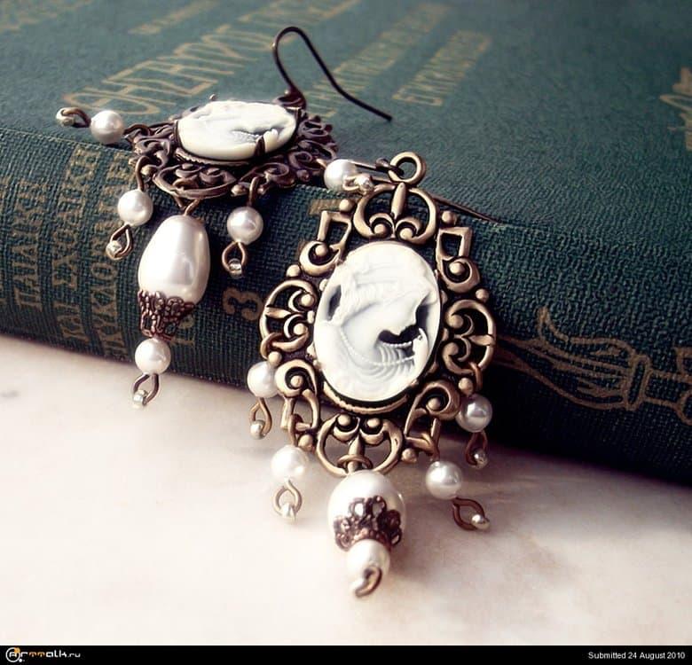 Brass_and_Cameo_Earrings_by_Aranwen.thumb.jpg.0bba824b4ab3f54395478dfeb815eee4.jpg