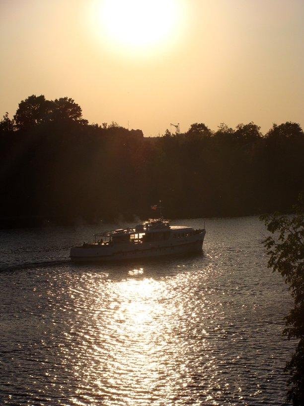 маленький кораблик на реке Великой